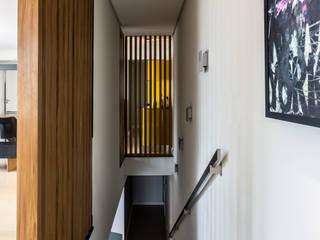Pasillos y vestíbulos de estilo  de ISLA ARQUITETURA, INTERIORES E DESIGN