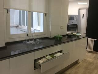 Reforma de Cocina en Granada con Cristalera: Cocinas de estilo  de  Kansei Diseño y Decoración en la Cocina