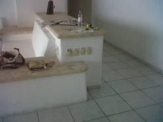 Sala:  de estilo  por Pereg&Teran Arquitectos