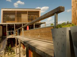 vue principale sud: Maisons de style  par Solari et associés