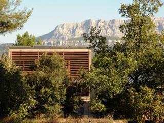 une maison à la campagne ouverte sur la montagne sainte victoire: Maisons de style  par Solari et associés