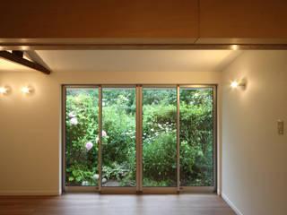 two inner terrace: 塚本雅久建築設計事務所が手掛けたベランダです。