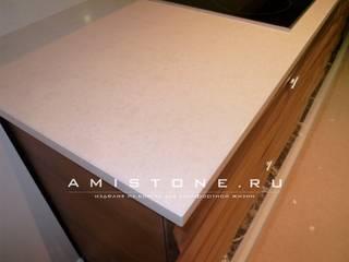 Столешница и фартук из кварцевого агломерата:  в . Автор – Amistone - камень в интерьере