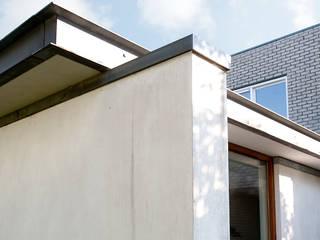 Detail zinken dakrand: moderne Huizen door De E-novatiewinkel