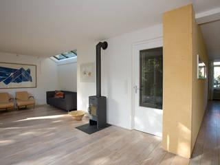 woonkamer met houtkachel: moderne Woonkamer door De E-novatiewinkel