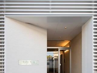 大阪市都島区の共同住宅 株式会社 藤本高志建築設計事務所 モダンスタイルの 玄関&廊下&階段 白色