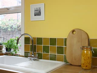 Kitchen Tile Installation Paredes y pisos de estilo rural de Deiniol Williams Ceramics Rural