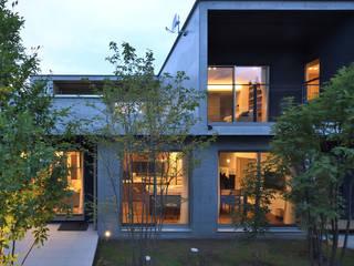 中庭のある二世帯住宅 モダンな 家 の スタジオ・ベルナ モダン