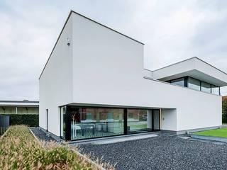 Nijsten - Vandeput: moderne Huizen door Architectenbureau Dirk Nijsten bvba