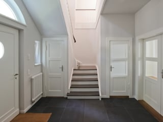 wellen brandt+simon architekten Classic style corridor, hallway and stairs White