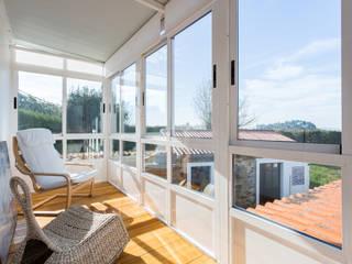 Balcones y terrazas de estilo rural de roomy showroom Rural