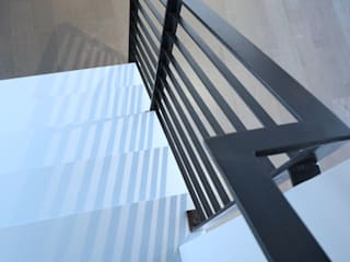 Pasillos, vestíbulos y escaleras de estilo moderno de Atelier036 Moderno