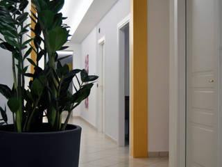 AG Interior Design Minimalist corridor, hallway & stairs White