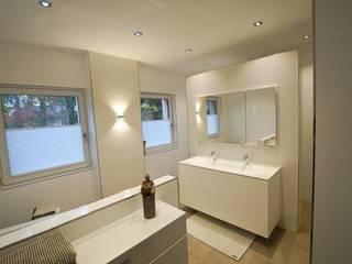 Helles Komplettbad in strahlendem Weiß - Laabs GmbH Moderne Badezimmer von HEIMWOHL GmbH Modern