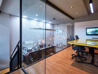 Escritório Une Arquitetura Escritórios modernos por Une Arquitetura Moderno