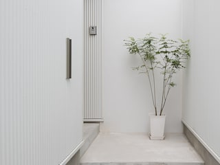 Modern Corridor, Hallway and Staircase by 窪江建築設計事務所 Modern