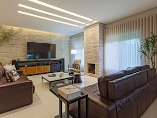 Living room by Carmen Calixto Arquitetura
