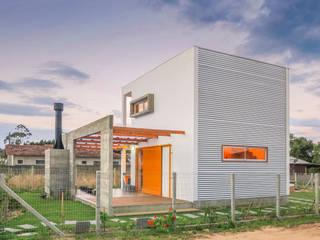 Vista frontal da edificação:   por A+R  arquitetura,Minimalista