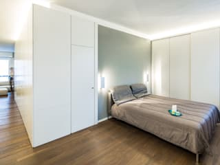 CST | White box apartment Camera da letto minimalista di PLUS ULTRA studio Minimalista