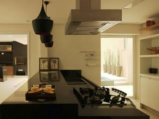 Modern kitchen by RAWI Arquitetura + Design Modern