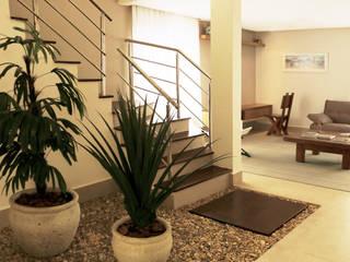 Jardim da escada: Jardins de inverno  por RAWI Arquitetura + Interiores,Moderno