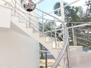 CASA MORADA DA PRAIA: Corredores e halls de entrada  por RAWI Arquitetura + Interiores,Moderno