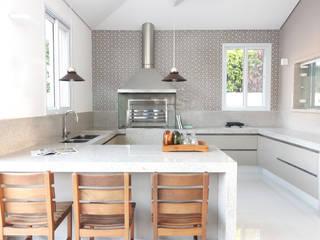 CASA MORADA DA PRAIA: Cozinhas  por RAWI Arquitetura + Interiores,Moderno