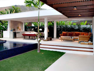 CASA PRAIA DA BALEIA: Piscinas  por RAWI Arquitetura + Interiores,Minimalista