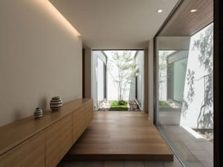 Modern corridor, hallway & stairs by Architet6建築事務所 Modern
