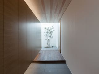 Minimalist corridor, hallway & stairs by Architet6建築事務所 Minimalist