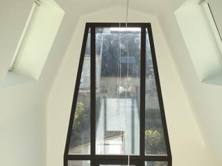 Verrière aluminium: Salon de style  par Atelier Tresan