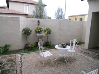 SOJE Interior, Design and Decor PTY (Ltd) Giardino in stile mediterraneo
