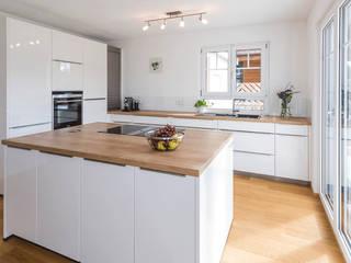 現代廚房設計點子、靈感&圖片 根據 KitzlingerHaus GmbH & Co. KG 現代風