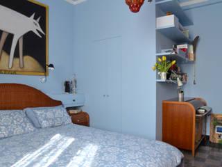 camera da letto - cabina armadio e angolo studio:  in stile  di Amodo