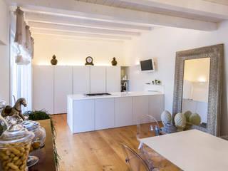 Minimalistische Küchen von casa&stile interior design e ristrutturazioni Minimalistisch