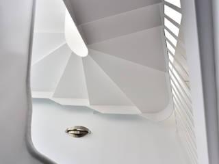 Casa GR: Pasillos y vestíbulos de estilo  de FAQ arquitectura