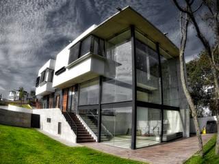 fachada trasera: Casas de estilo minimalista por ArqCubo