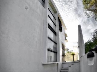 pasillo servicios: Casas de estilo minimalista por ArqCubo