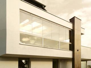 Balkonverglasung bestehend aus Sunflex Faltelementen für eine komplette Öffnung des Balkons Schmidinger Wintergärten, Fenster & Verglasungen Moderne Fenster & Türen Beton Weiß