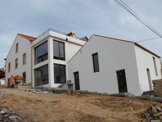 Casa de Campo | Albufeira Castelo de Bode | Abrantes: Casas  por Paulo Miguez Arquitectos,Moderno