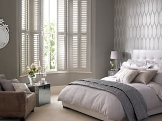 Kenilworth Wooden Shutters in a 3 sided bay: classic Bedroom by Thomas Sanderson
