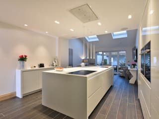 Diana's Whitefield Kitchen:  Kitchen by Diane Berry Kitchens