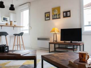 Pièce de vie lumineuse: Salon de style de style Industriel par Carnets Libellule