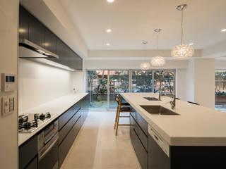 タイルと石材によるラグジュアリーリノベーション モダンな キッチン の 株式会社エキップ モダン