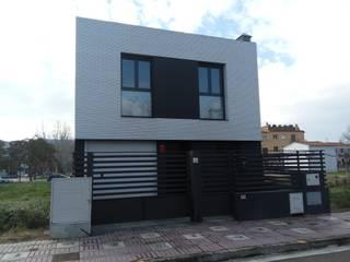 Vivienda unifamiliar en hilera Casas de estilo moderno de Estudi d'Arquitectura Lluis Tort Moderno