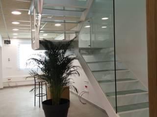Reforma fachada principal y ampliación de nave industrial Pasillos, vestíbulos y escaleras de estilo industrial de Estudi d'Arquitectura Lluis Tort Industrial