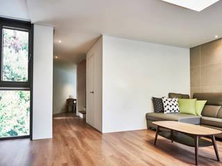 LEE 협소(소형)주택 모던스타일 거실 by 디자인사무실 모던