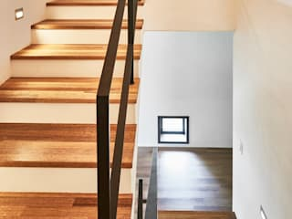 Modern Corridor, Hallway and Staircase by 디자인사무실 Modern