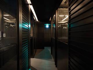 Couloir et hall d'entrée de style  par 디자인사무실