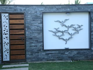 garden area wall with stone cladding and a bird mural Modern houses by Hasta architects Modern